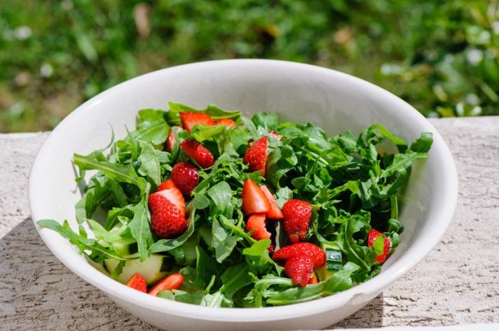 mansikoita, rucolaa ja kurkkua - lisää vain balsamico ja oliiviöljy
