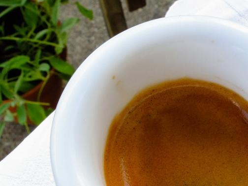 Joku tonttu kantoi kahvikuppinsa parvekkeelle ja krema ehti laskea.